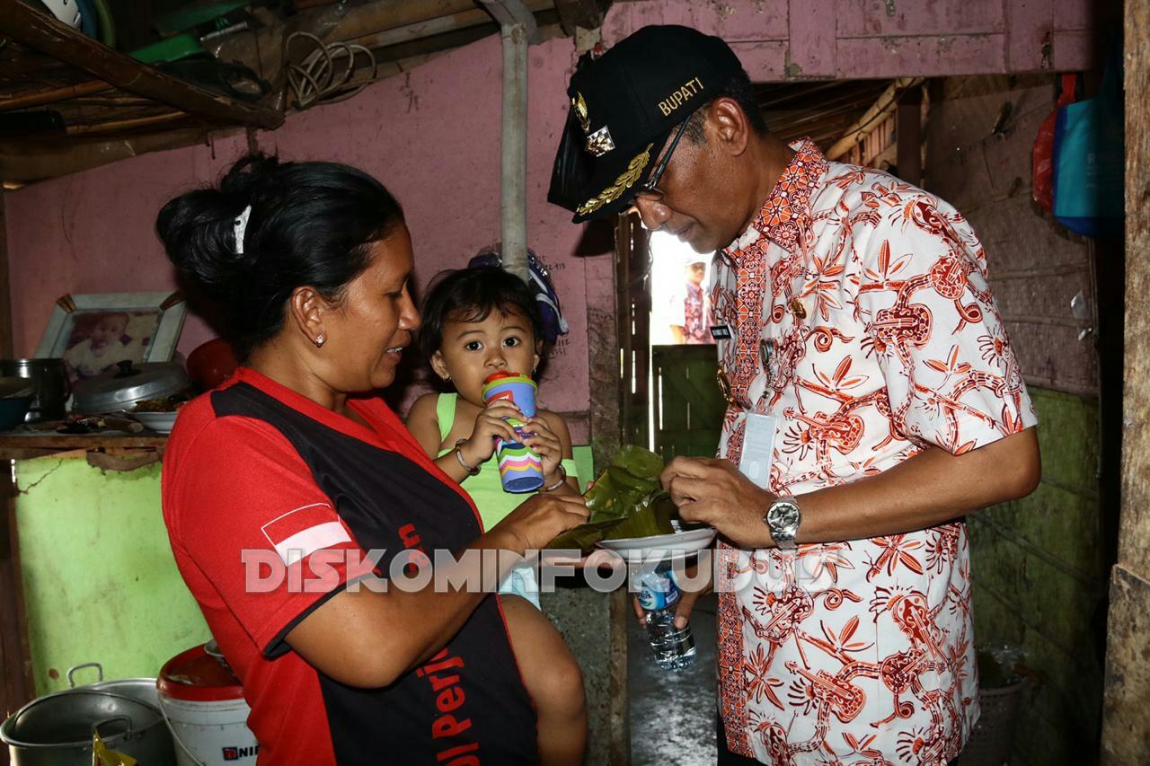 Disela-sela meninjau Embung Ngemplak, Undaan. Bupati Tamzil sempatkan kunjungi rumah warga yang berada di dekat embung